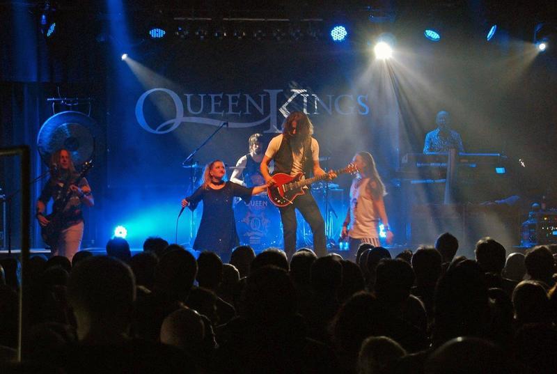 Bild vergrößern: 500 Queen-Fans sind begeistert vom Konzert der europaweit bekannten »Queen Kings«.