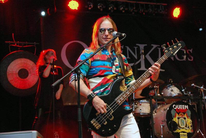 Bild vergrößern: Mit ungemein dynamischen und treibenden Soli rockt Bassist Rolf Sander das Publikum.